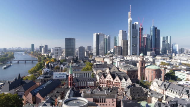 vídeos de stock e filmes b-roll de panning aerial view: cityscape of frankfurt in morning when autumn is coming , germany - alemanha