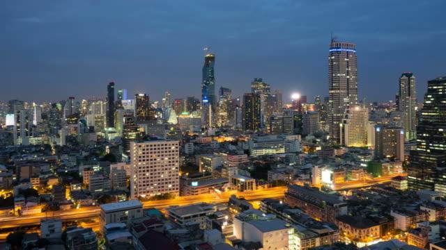 panorering bangkok stadsbild tid förflutit nattetid. - billboard train station bildbanksvideor och videomaterial från bakom kulisserna
