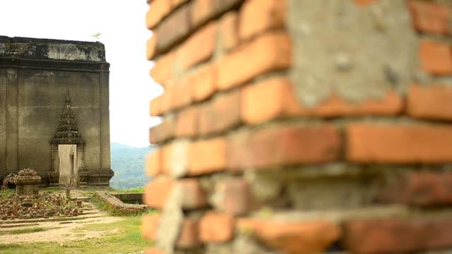 yatay kaydırma: tuğla duvar eski ve antik tapınak için - stupa stok videoları ve detay görüntü çekimi