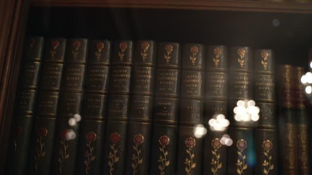 stockvideo's en b-roll-footage met pannen van antieke boeken in regal oude bibliotheek geval - boekenkast