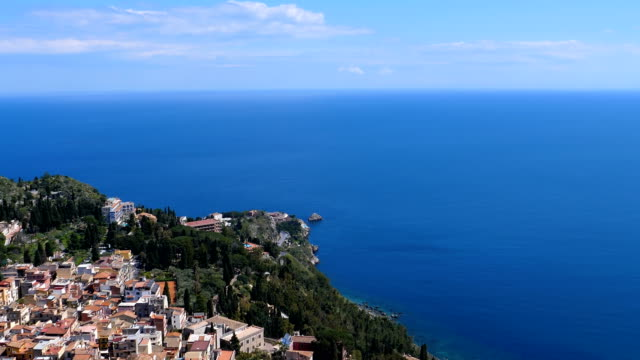 Bидео Panning from sea to Taormina town slowly