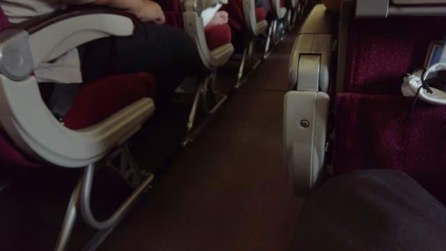 비행기의 내부 보기 4k 패닝 - airplane seat 스톡 비디오 및 b-롤 화면