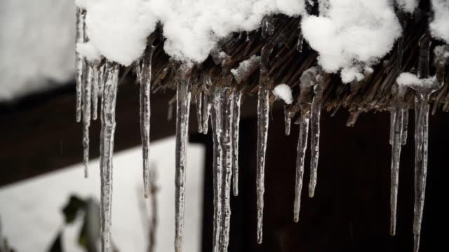 パン: 白川郷村の家の屋根に水フォーム冷凍槍まで寒いです - 冬点の映像素材/bロール