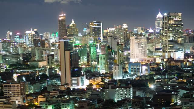 panorering ljus av staden på natten. - billboard train station bildbanksvideor och videomaterial från bakom kulisserna