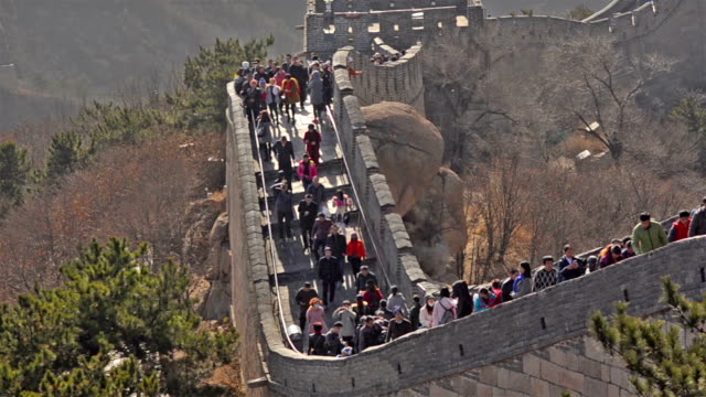 panning: many travellers on Badaling great wall of china video