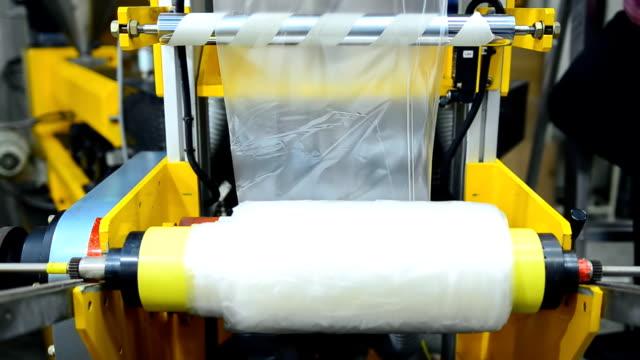 yatay kaydırma: üfleme plastik film ekstruder makine tarafından haddeleme - plant stem stok videoları ve detay görüntü çekimi