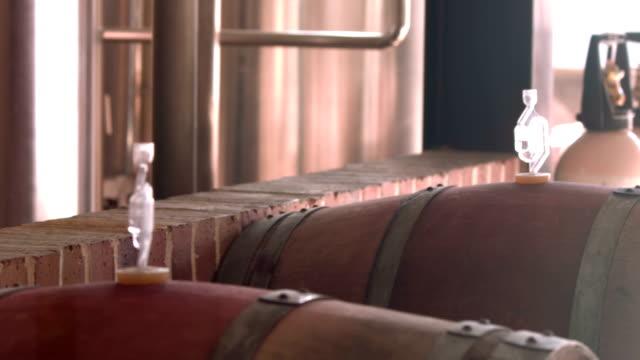 panning colpo di fabbrica di birra interno - cask video stock e b–roll
