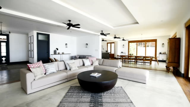 vídeos de stock e filmes b-roll de panning shot of luxury open plan holiday apartment - sala