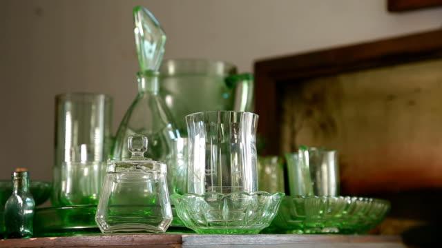 ショットの古いガラスのディナー セット - 骨董品点の映像素材/bロール
