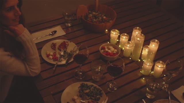 vídeos de stock e filmes b-roll de panning shot of people having dinner at a patio table - mesa mobília