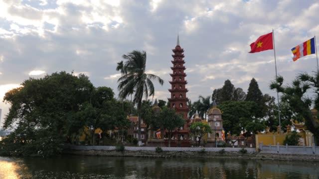 panning shot von tran quoc pagode, tempel, westsee, hanoi, vietnam in 4k - pagode stock-videos und b-roll-filmmaterial