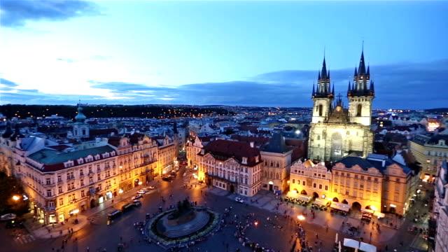 vidéos et rushes de panoramique photo: piéton bondé au coucher du soleil de république tchèque de prague old town square - prague