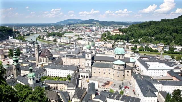 panorering skott: fotgängare trångt salzburg stadsbilden city square österrike - videor med salzburg bildbanksvideor och videomaterial från bakom kulisserna