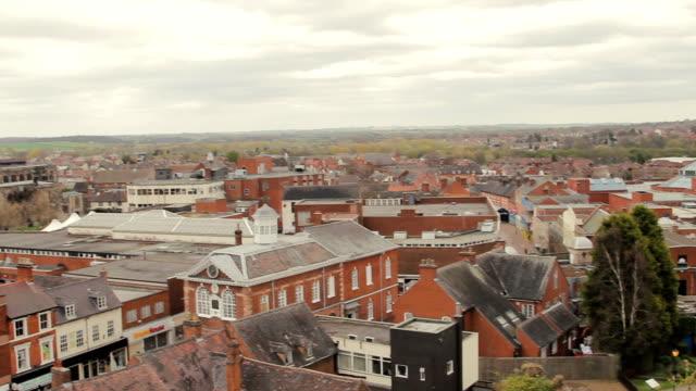 vidéos et rushes de coup de panoramique, montrant l'ardoise grise, toits de tuiles de la ville de tamworth - ardoise