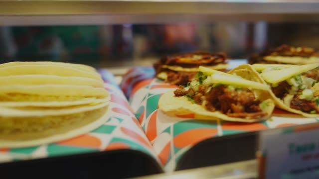 stockvideo's en b-roll-footage met pannen straat taco's in vitrinekast - foodtruck