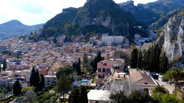 Bидео Panning Taormina from ruins to seaside
