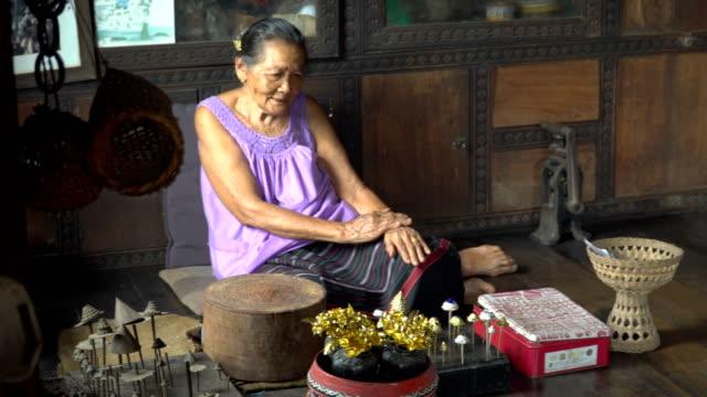 panning: thai grandmother in her old-fashion house - аксессуар для волос стоковые видео и кадры b-roll