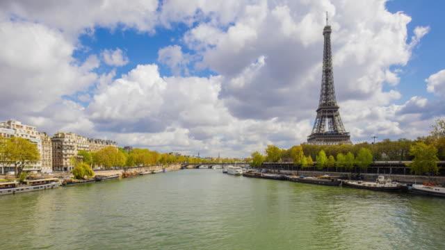 vidéos et rushes de panoramique effet time-lapse à paris avec la tour eiffel à l'arrière-plan - tour eiffel
