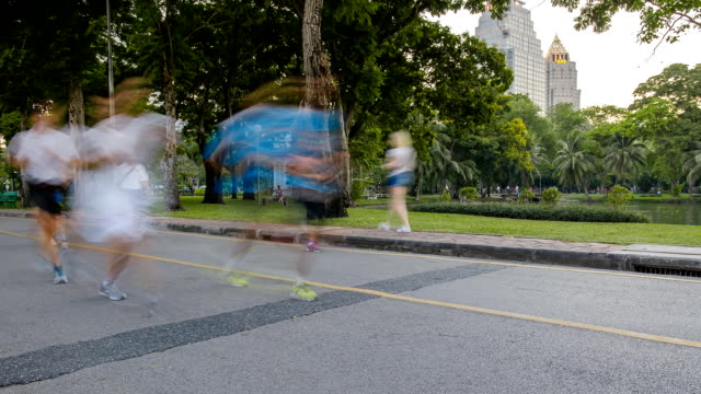 panning tl: people love to run in the big city - active lifestyle stock videos & royalty-free footage