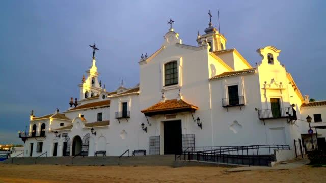 panorering upp skott av kyrkan i el rocio, spanien. - pilgrimsfärd bildbanksvideor och videomaterial från bakom kulisserna