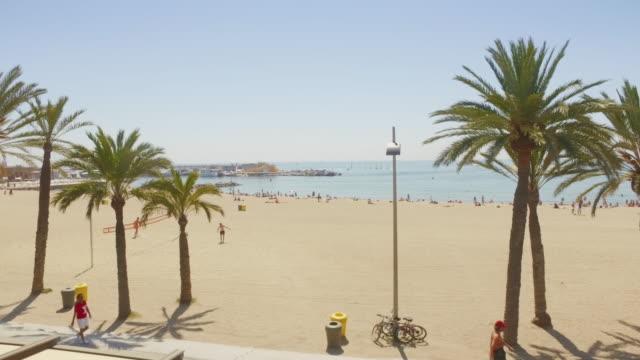 Vidéo panoramique de la plage de la Barceloneta à Barcelone, Espagne - Vidéo