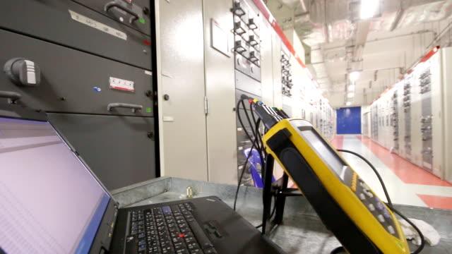 panning video di dispositivo in sottostazione elettrica - sottostazione elettrica video stock e b–roll