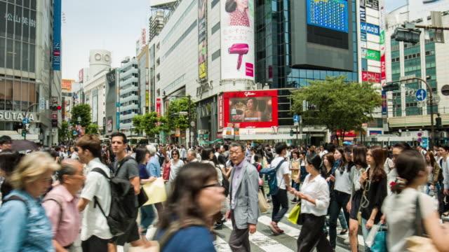 東京の渋谷の交差点のパンのビデオ - 交差点点の映像素材/bロール