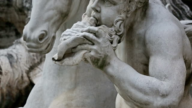Panning videoclip: details of statues at Trevi Fountain in Rome