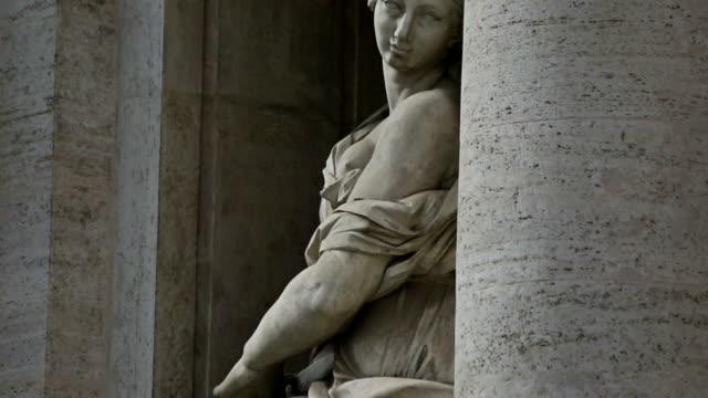 panning videoclip di donna statua alla fontana di trevi a roma - scultura video stock e b–roll