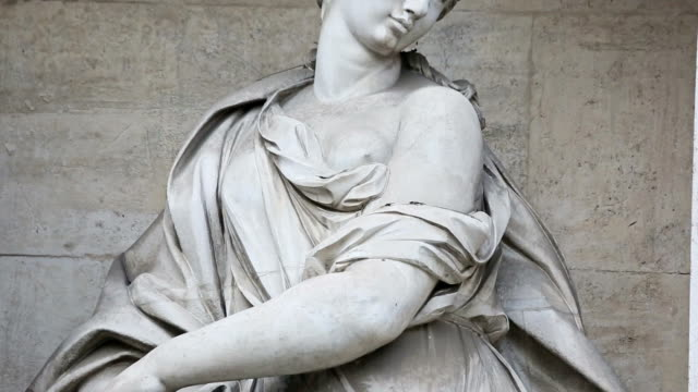 Panning videoclip of Woman Statue at Trevi Fountain in Rome