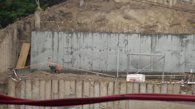 建設基礎のパンビュー。丘の斜面のコンクリート壁構造 - 支えられた点の映像素材/bロール