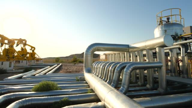 stockvideo's en b-roll-footage met panning weergave van oliefabriek - olieraffinaderij