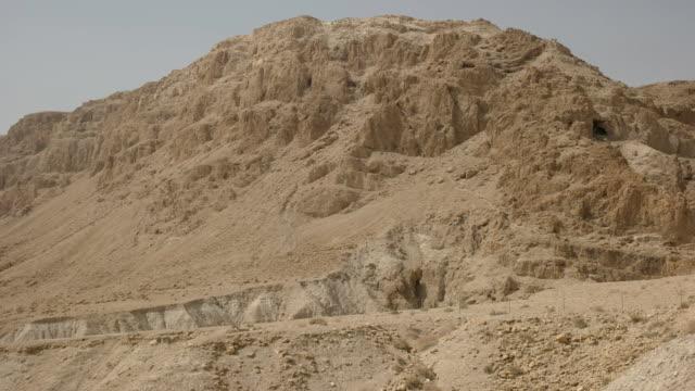 blick auf die berge und höhlen bei qumran schwenken - tora stock-videos und b-roll-filmmaterial