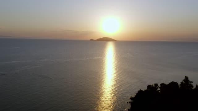 panorering utsikt solnedgången vid havshorisonten. - egeiska havet bildbanksvideor och videomaterial från bakom kulisserna