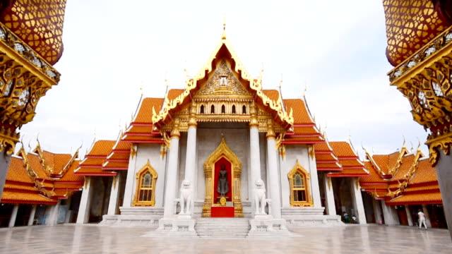 Panning Wat Benchamabophit Dusitwanaram landmark in Bangkok, Thailand video
