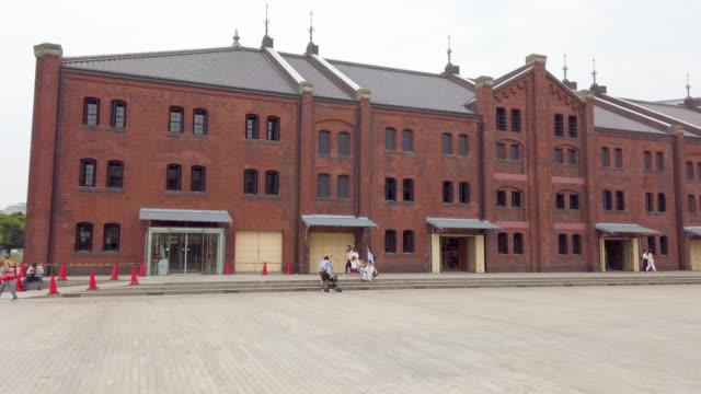 横浜の赤レンガ倉庫をパンニング - 煉瓦点の映像素材/bロール