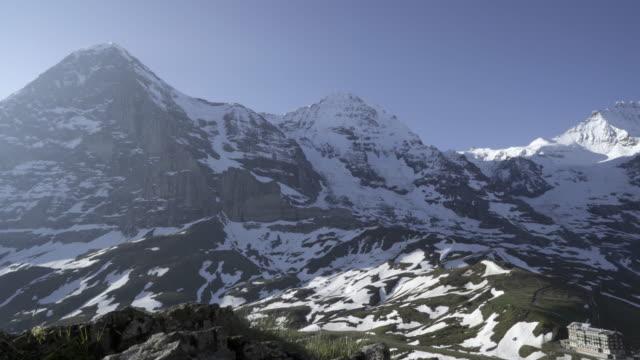 guldvaskning-tidig morgon på kleine scheidegg jungfrau-berget regionen lauterbrunnen schweiz - wengen bildbanksvideor och videomaterial från bakom kulisserna