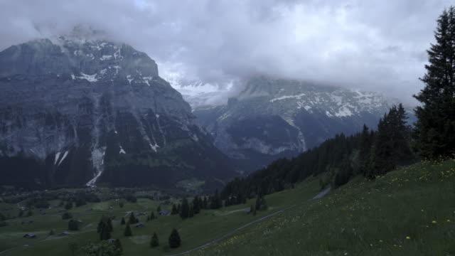 guldvaskning-kvällstid på grindelwald schweiz - grindelwald bildbanksvideor och videomaterial från bakom kulisserna