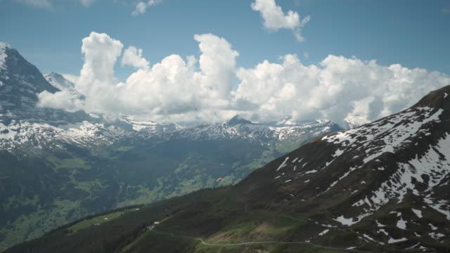 guldvaskning-flygande i sky första mountain grindelwald schweiz - grindelwald bildbanksvideor och videomaterial från bakom kulisserna