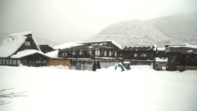 yatay kaydırma: japonca dersleri kar yağışı shirakawago köyde evler - unesco stok videoları ve detay görüntü çekimi