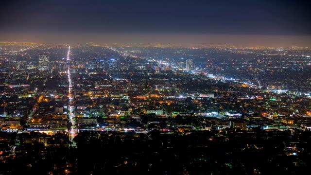 vidéos et rushes de panorama de la ville vue de la grille de signalisation de nuit - quadrillage