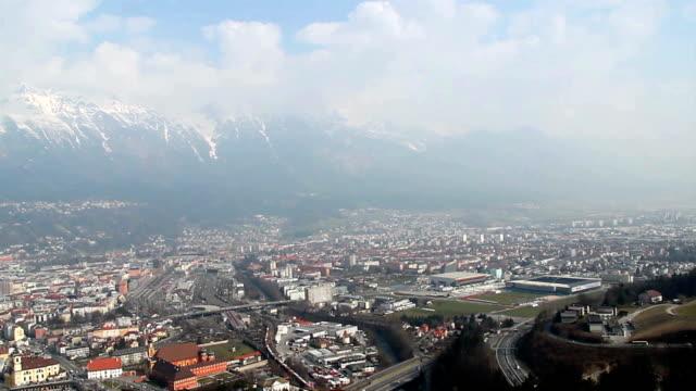 vídeos de stock, filmes e b-roll de panorama do grande cidade de innsbruck, áustria montanhas em segundo plano - tyrol state austria