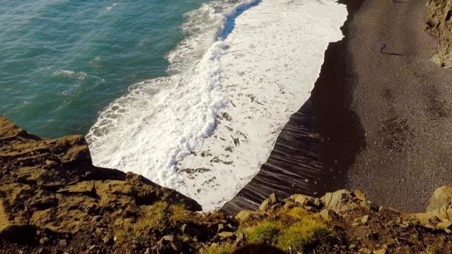 vídeos y material grabado en eventos de stock de panorama del cabo de dyrholaey con playa de arena negra, aguas del océano atlántico, las rocas de basalto - basalto