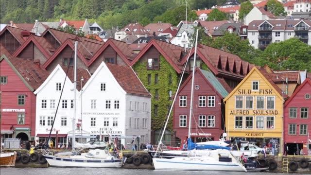vídeos y material grabado en eventos de stock de panorama de la famosa calle noruega bryggen, bergen, noruega - bergen