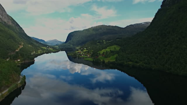vídeos de stock e filmes b-roll de panorama of mountains and villages in the mountains of norway - reine