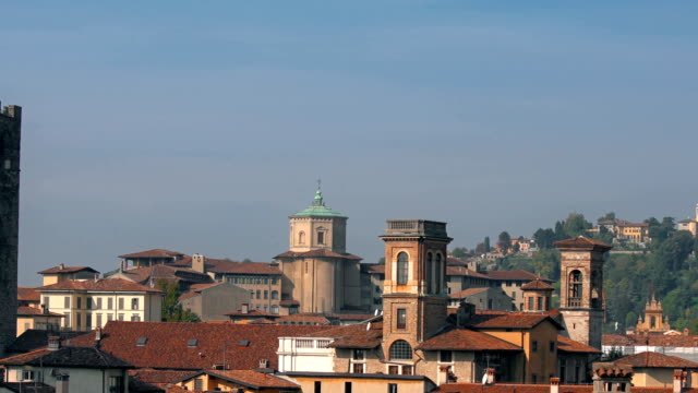 """vídeos de stock e filmes b-roll de panorama of old bergamo, italy. bergamo, also called la citt dei mille, """"the city of the thousand"""", is a city in lombardy, northern italy, about 40 km northeast of milan. - trabalho de design"""