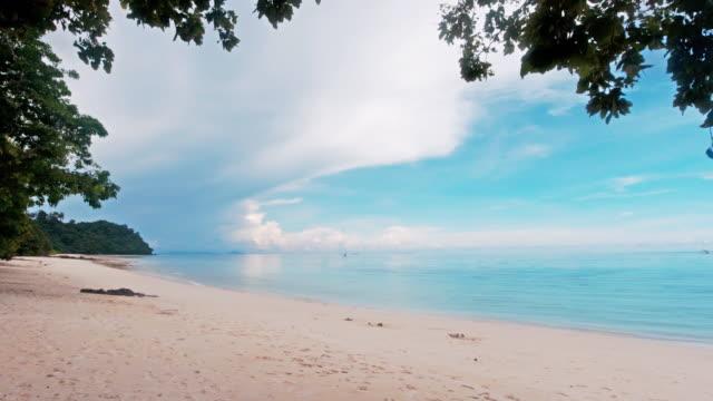 vidéos et rushes de panorama de la plage et de la mer de sable blanc parfaite à l'île de ko rok thaïlande - mer d'andaman