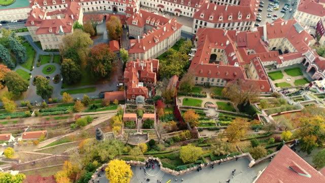 vidéos et rushes de panorama de prague, l'antenne de la ville, vue d'en haut sur le paysage urbain de prague, vol au-dessus de la ville, zone vieille ville, château de prague et de la rivière vltava, république tchèque, prague - prague