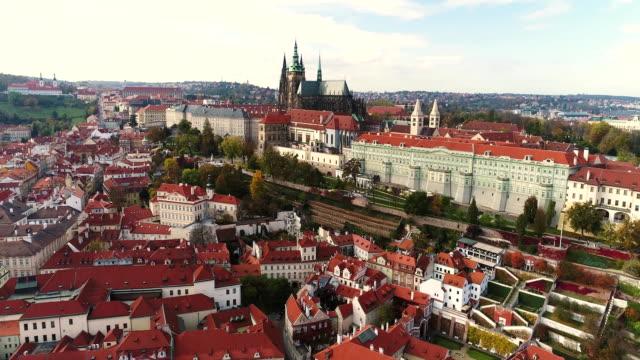 vídeos de stock, filmes e b-roll de panorama de praga, o castelo de praga e o rio vltava, república tcheca, praga - áustria