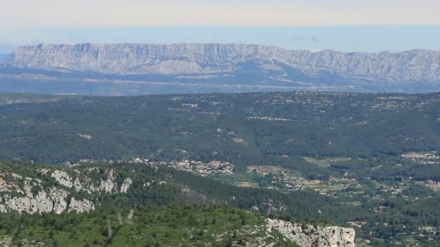 vidéos et rushes de panorama des collines arides de provence. - aix en provence